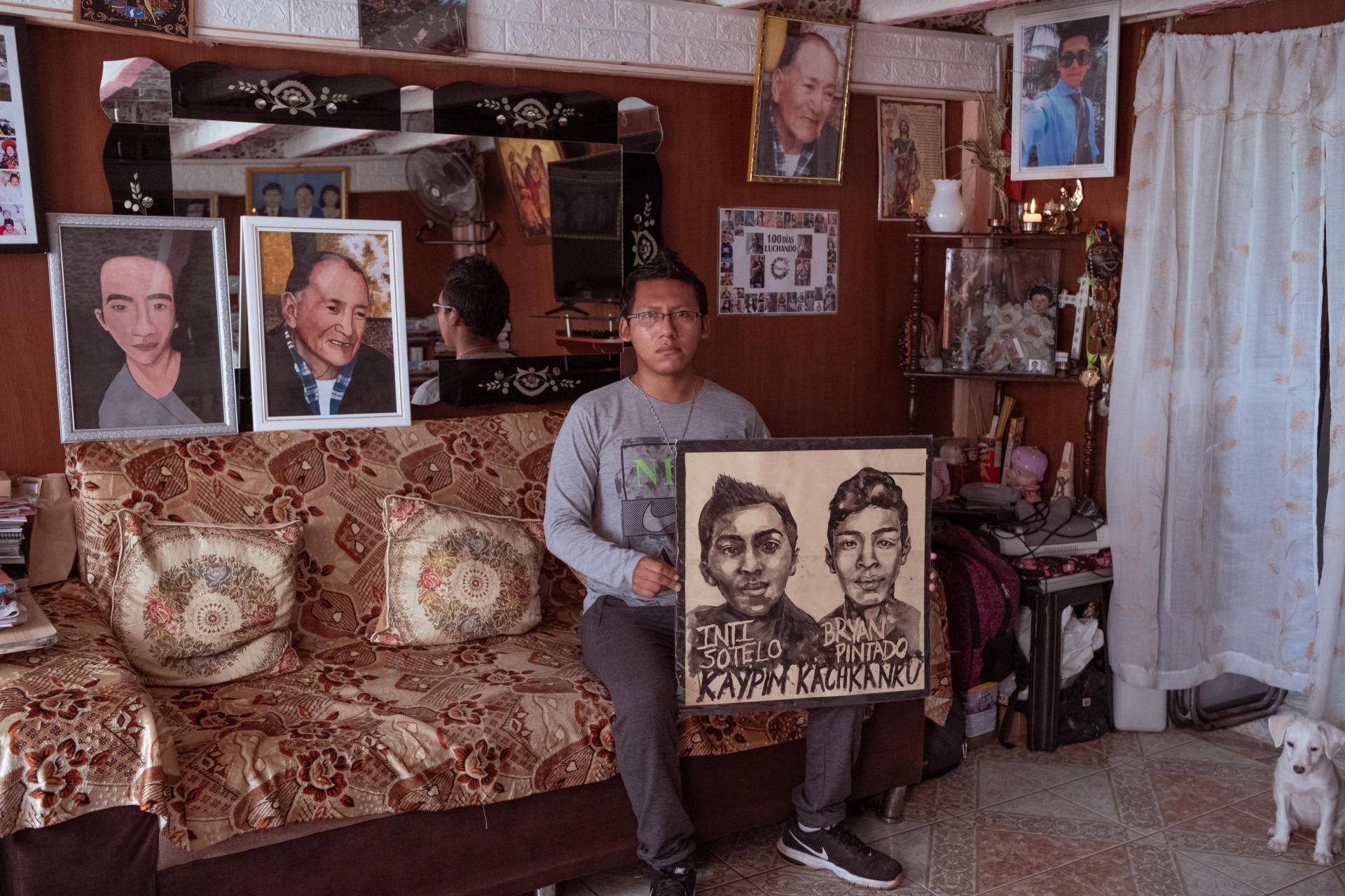 A Lima, le 8 avril 2021. Pacha Sotelo montreun portrait dessiné de son frère, Inti Sotelo, et Brian Pintado, tués en novembre 2020 par des policiers.