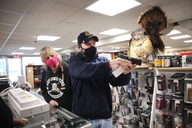 Un homme essaie une arme à feu, dans une armurerie, à Tinley Park (Illinois), le 8 avril.