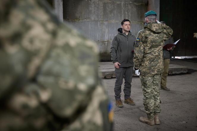 La président ukrainien, Volodymyr Zelensky, lors d'une remise de médailles à des soldats positionnés près de la ligne de front avec les séparatistesprorusses, le 9 avril, dans la région du Donbass.
