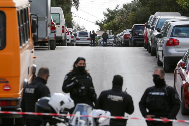 Des policiers grecs à proximité du domicile deGiorgos Karaïvaz, dans le quartier d'Alimos, à Athènes, le 9 avril.