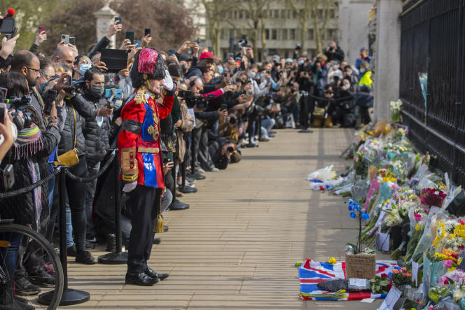 A l'annonce du décès du prince Philip, des centaines de personnes sont rassemblées devant le palais de Buckingham, à Londres, le 9 avril.