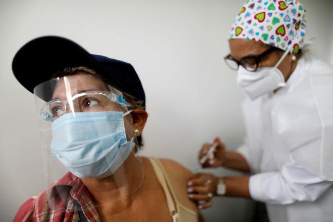 Une Vénézuélienne vaccinée avec Spoutnik V à Caracas, le 9 avril 2021.
