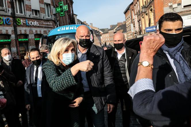 La présidente du Rassemblement national(RN), Marine Le Pen, à Avesnes-sur-Helpe(Nord)pour soutenir la campagne du candidat de son parti aux élections régionales, Sébastien Chenu, le 9 avril.