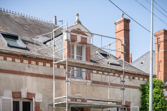 Echaffaudage extérieur lors des travaux de rénovation de la maison d'Izabel Tognarelli. Montargis, le 2 avril 2021.