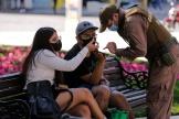 Un policier vérifie l'autorisation de circuler d'un couple à Valparaiso, au Chili, le 6 avril 2021.