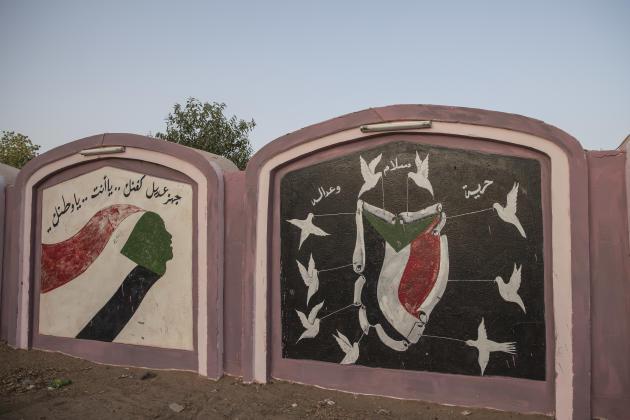 Des fresques murales peintes par les jeunes révolutionnaires d'Atbara lors du sit-in contre le régime d'Omar al-Bachir: «Prépare bien ton cercueil, ce sera toi ou la patrie»; «Liberté, justice, paix».