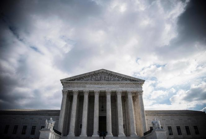La Cour suprême est actuellement dominée par le camp conservateur, avec six magistrats – dont trois désignés par l'ex-président républicain, Donald Trump –, contre trois pour le camp démocrate.