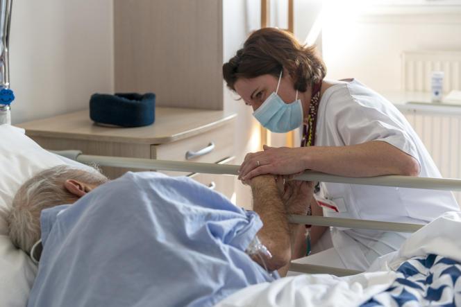 Une médecin s'occupe d'un patient de l'unité de soins palliatifs du centre hospitalier Rives-de-Seine, à Puteaux (Hauts-de-Seine).