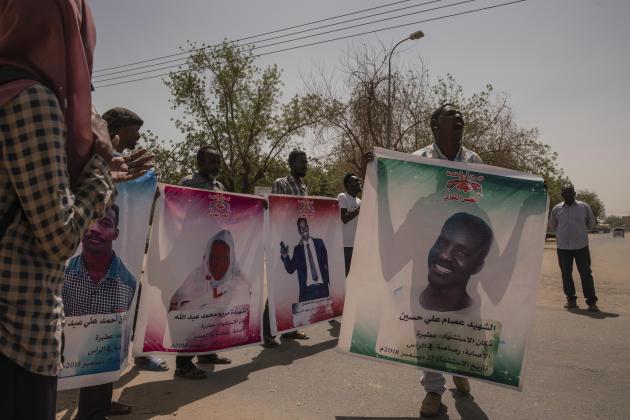Devant le tribunal d'Atbara, une cinquantaine de manifestants font pression sur le procès impliquant des hommes des services de renseignements de Bachir dans le meurtre des premiers «martyrs» de la révolution, en décembre 2018. Brandissant une pancarte à l'effigie d'Issam Ali Hussein, un militant crie «130! 130! on demande que ces hommes soient pendus», en référence à l'article 130 du Code pénal soudanais, qui condamne les individus coupables d'homicide volontaire à la peine de mort.
