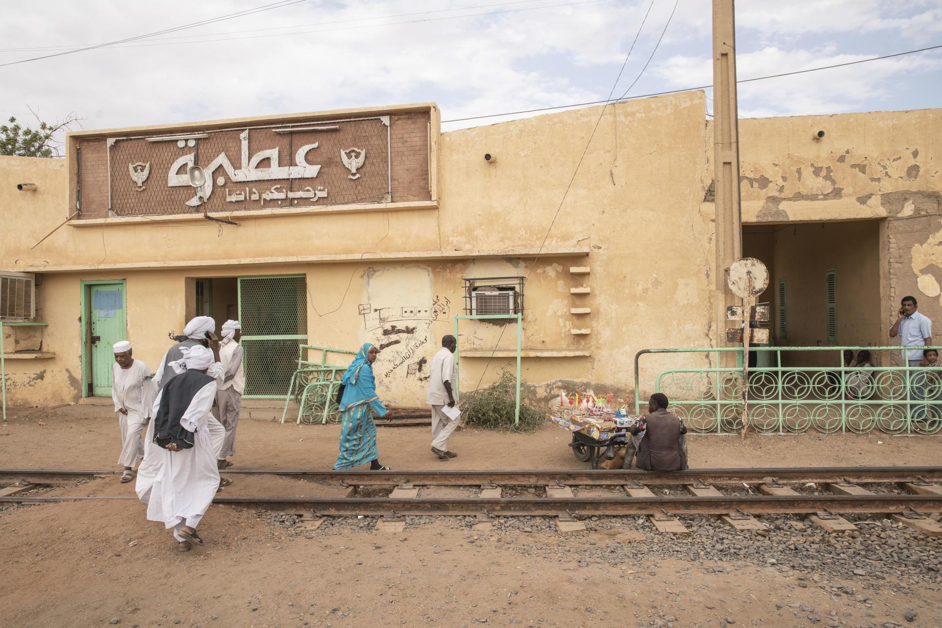 « Vous êtes toujours les bienvenus à Atbara », précise cette enseigne à l'entrée de la gare, en avril 2021.