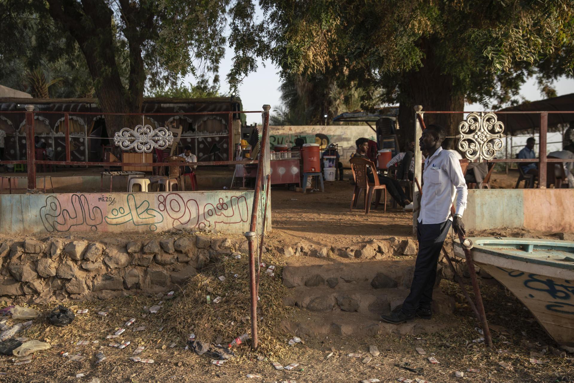 Sur les bords du Nil, des étudiants se retrouvent au café. C'est sous cet arbre qu'a débuté, pendant la révolution, un sit-in pacifique à Atbara, en même temps que celui devant le quartier général de l'armée à Khartoum.