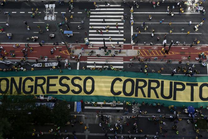 Des manifestants protestent contre la corruption et en faveur de l'opération « Lava Jato», en décembre 2016 à Sao Paulo.