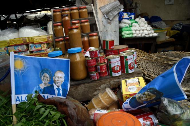 Une affichette du soutien au président du Bénin, Patrice Talon, et à sa colistière Mariam Talata, le 8 avril à Cotonou.