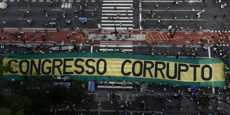 Demonstrators protest along Paulista Avenue in Sao Paulo, Brazil on December 4, 2016 against corruption and in support of the Lava Jato anti-corruption operation that investigates the bribes scandal of Petrobras. (Photo by Miguel SCHINCARIOL / AFP)