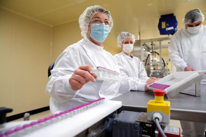 Dans le site de Delpharm à Saint-Rémy-sur-Avre, dans l'Eure-et-Loir, où sont mis en flacons les vaccins Pfizer/BioNTech, le 9avril.