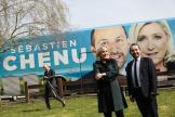 Marine Le Pen pose avec Sébastien Chenu, candidat du Rassemblement national aux élections régionales de juin, dans les Hauts-de-France, le 9 avril.
