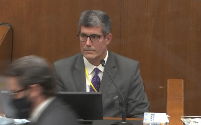 Andrew Baker, le médecin légiste qui a pratiqué l'autopsie de George Floyd, interrogé à la barre du tribunal de Minneapolis, le 9 avril 2021, par Eric Nelson, l'avocat de la défense (masqué).