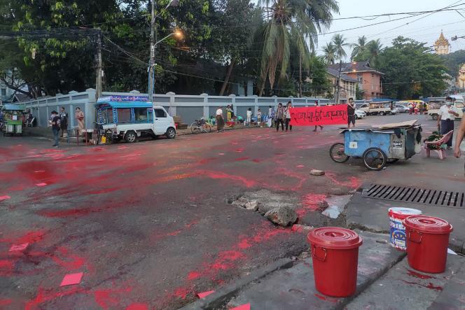 Photo prise par une source anonyme et reçue sur Facebook le 10 avril 2021. La rue qui y figure, maculée de peinture rouge, est également jonchée de tracts. Ces derniers font la promotion d'un «Mouvement rouge», mené par divers étudiants en guise de protestation contre le coup d'Etat militaire à Rangoun.