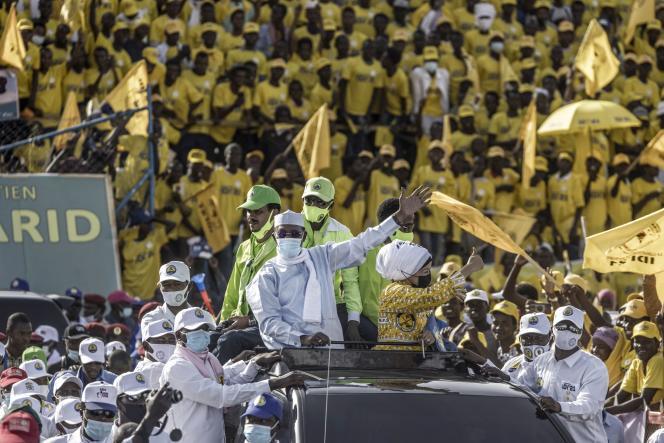 Le président tchadien Idriss Déby et l'une de ses épouses, Amani Hilal, lors d'un événement de campagne à N'Djamena, le 9 avril.