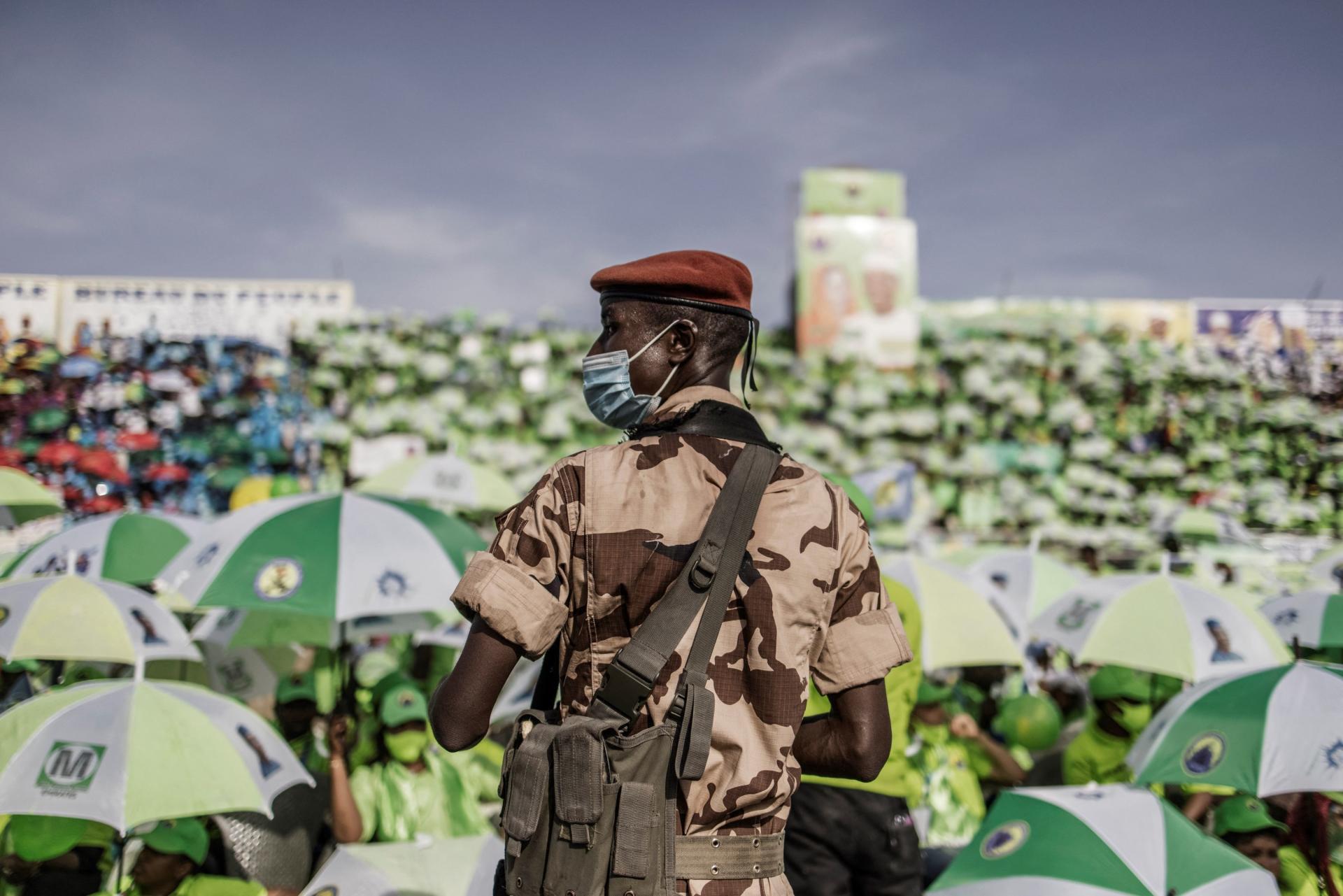Un membre de la garde présidentielle surveille la foule lors d'un rassemblement de partisans d'Idriss Déby à N'Djamena, le 9 avril.