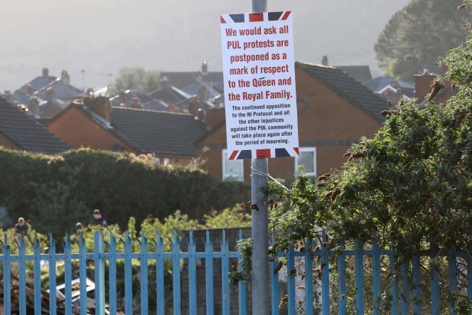 Des affiches placardées dans les quartiers loyalistes de Belfast et annulant les manifestations prévues, à lasuite de l'annonce, plus tôt dans la journée, du décès du prince Philip, duc d'Edimbourg,le 9 avril 2021.
