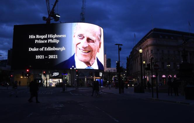 Un hommage au prince Philip est projeté sur grand écran sur Piccadilly Circus, à Londres, le 9 avril.