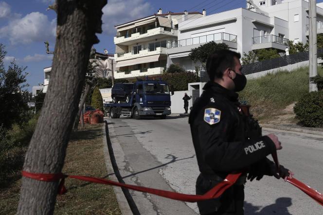 La police procède à l'enlèvement du véhicule du journalisteGiorgos Karaïvaz, assassiné devant son domicile, le 9avril, à Athènes.