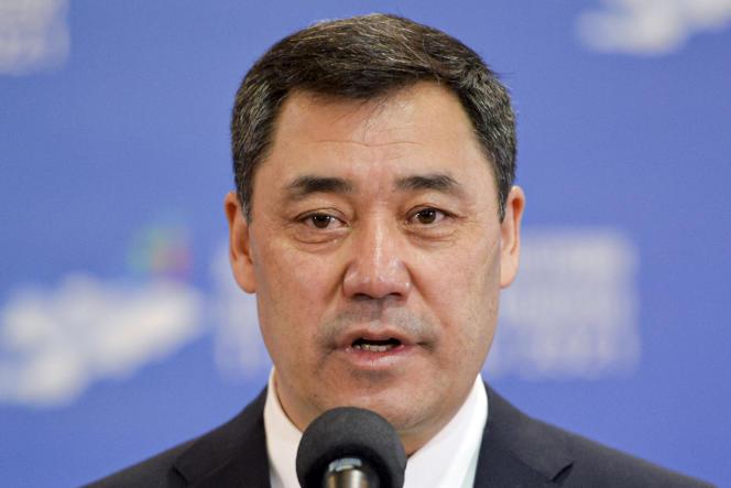 Le président duKirghizistan,Sadyr Japarov,s'adresse aux médias dans un bureau de vote lors du référendum, à Bichkek, dimanche 11 avril 2021.