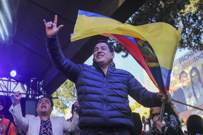 Andrés Arauz devant ses partisans à Quito, dimanche 11 avril.