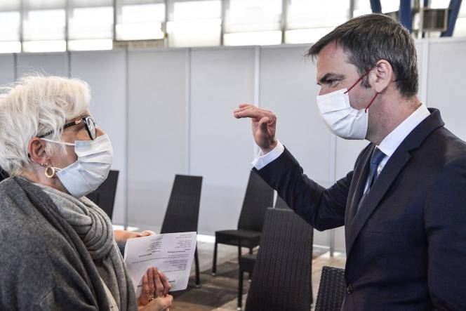 Le ministre de la santé, Olivier Véran, en visite dans un centre de vaccination à Grenoble, le 9 avril.