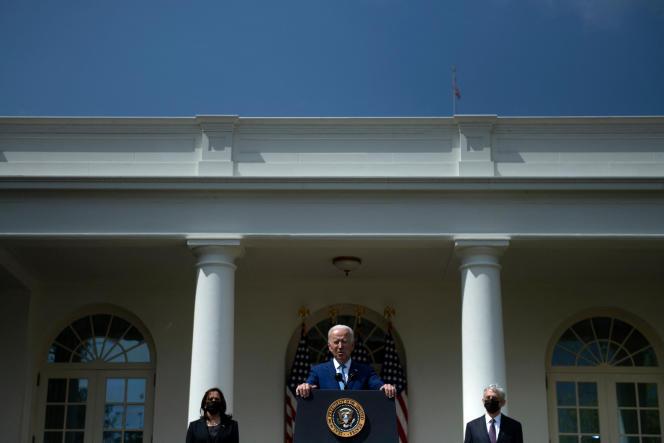 Joe Biden, entouré de la vice-présidente Kamala Harris et du juge Merrick Garland, à la Maison Blanche à Washington, DC, le 8 avril.