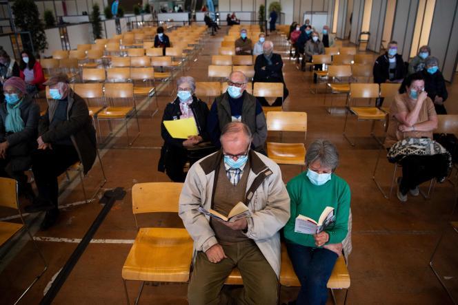Des personnes en observation après avoir reçu une dose du vaccin Pfizer contre le Covid-19, au centre d'exposition de Nantes, le 9 avril.