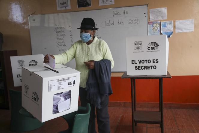 Un bureau de vote à Quito, en Equateur, dimanche 11 avril.