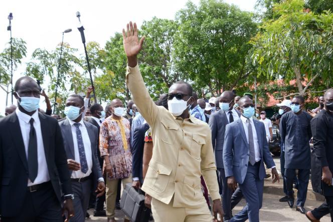 Le président du Bénin, Patrice Talon,salue ses partisans après avoir voté dans un bureau de Cotonou, le 11 avril 2021.