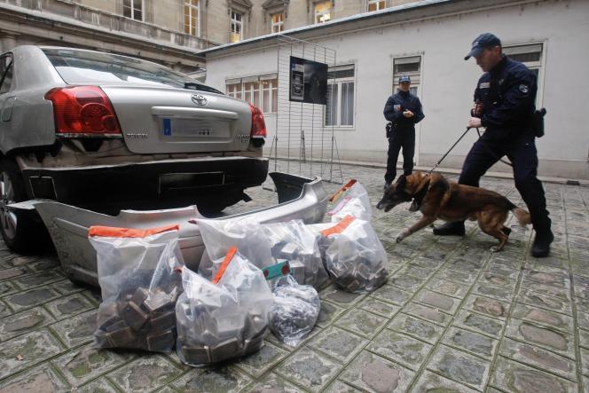 Présentation par la police d'une saisie de 63 kilos de marijuana, lors d'une conférence de presseà Paris, le 15 janvier 2020.