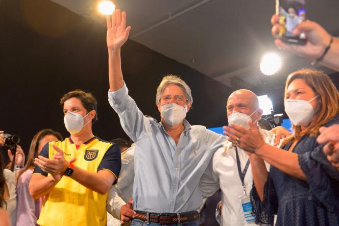 Guillermo Lasso célèbre son avance avec ses partisans à Guayaquil, dimanche 11 avril.