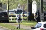 Des enquêteurs dépêchés au lycée de Knoxville, lundi 12 avril.