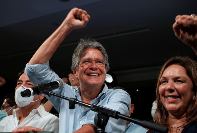 Guillermo Lasso, au côté de son épouse Maria de Lourdes Alcivar, à l'annonce de sa victoire à l'élection présidentielle équatorienne, le 11 avril 2021, à Guayaquil.
