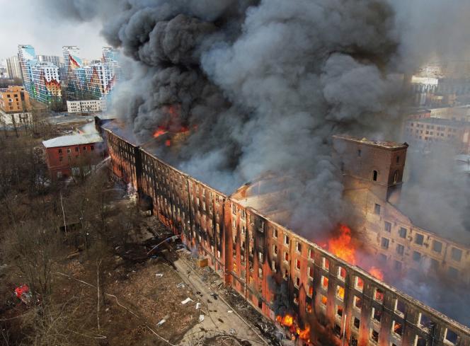 بیش از 10 هزار متر مربع بین دوشنبه 12 و سه شنبه 13 آوریل در یک کارخانه در سنت پترزبورگ روسیه توسط شعله های آتش ویران شد.