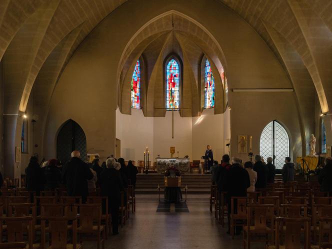 Lors d'une cérémonie religieuse d'enterrement, à l'Eglise Notre-Dame du Sacré-Coeur de Malo-les-Bains (Nord), le 7 avril.
