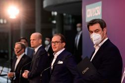 Armin Laschet (à gauche) et Markus Söder (à droite) lors d'une conférence de presse de la CDU-CSU à Berlin, le 11 avril.