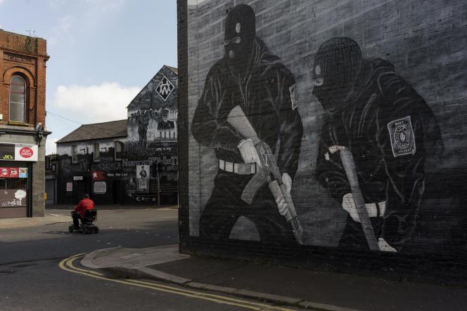 Des fresques en hommage aux organisations paramilitaires loyalistes, dans le quartier de Newtownards Road, dans l'est de Belfast, le 10 avril 2021.