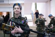 A Ielnia, on encourage tous les enfants, filles comme garçons, à faire des stages pour devenir de futurs soldats de la glorieuse Armée rouge.