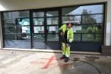 Un employé municipal efface des graffitis retrouvés sur la façade du centre culturel et cultuel islamique Avicenne à Rennes, le 11 avril.