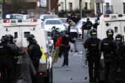 Affrontements entre police et manifestants, à Belfast-Ouest, le 6 avril 2021.