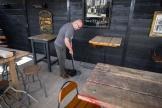 Le directeur de The Village Pub prépare son établissement pour sa réouverture àLondres, le 6 avril 2021.