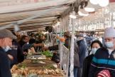 Un marché, à Paris, le 30 janvier 2021.