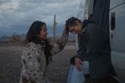 La réalisatrice Chloé Zhao et l'actrice Frances McDormand sur le tournage de « Nomadland», qui a remporté quatre prix lors des Bafta 2021.