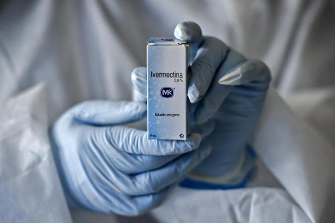 Un flacon d'ivermectine, médicament autorisé par l'Agence des médicaments colombienne pour traiter certains patients atteints du Covid-19, dans le cadre d'une étude menée à Cali (Colombie), le 21juillet 2020.