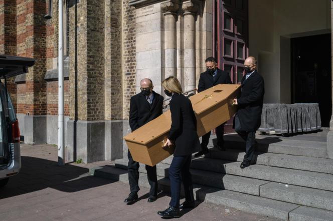 Lors de la messe d'enterrement d'une victime du covid-19 à Malo-les-Bains, le 7 avril 2021.